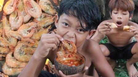 荒野小屁孩: 野外烹饪美味的虾, 蘸点酱吃得真香啊