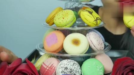 国外小姐姐吃马卡龙甜点, 五颜六色的, 看起来就很好吃