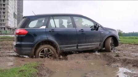 印度三哥的塔塔汽车陷入了坭坑里, 看看他能否成功脱困?