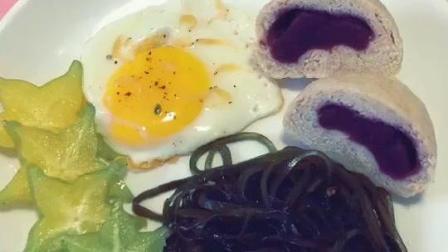 减脂早餐, 一个自制的全麦紫薯包, 一个无油煎蛋, 凉拌的海带丝, 几篇杨桃