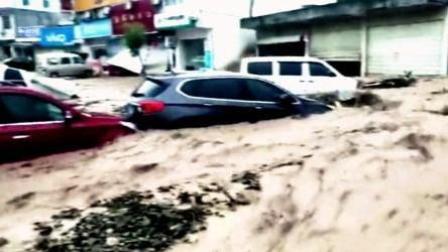 8斗传媒 云南怒江突发山洪泥石流 多辆轿车被冲走
