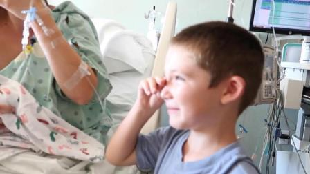 记录小哥哥第一次见到妹妹时的场景, 笑着流泪的他把全家都感动了!