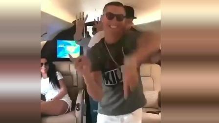 C罗在回尤文的飞机上即兴跳舞