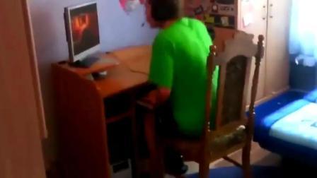 搞笑视频, 游戏输了, 国外小伙愤怒将电脑扔出窗