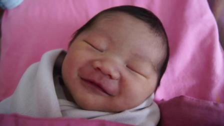 可爱的新生儿小宝宝边睡边笑, 笑的这么甜是梦到娶媳妇了吗?