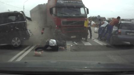 世界奇趣物语 6名行人过马路遭车祸 其中一人被货柜车撞飞
