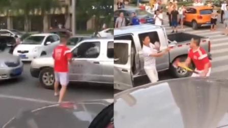 两车碰撞起争执, 暴躁司机一言不合竟拿斧头砍向对方