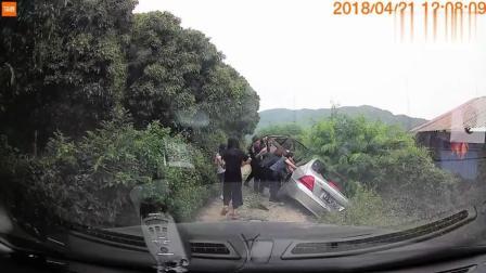 路见不平拔刀相助, 我第一时间救下了奔驰全车人