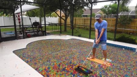 整个泳池盛满水宝宝是什么样? 还能在上面打高尔夫, 一起见识下!