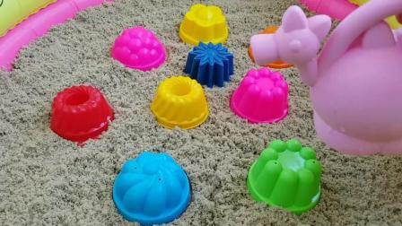 在户外操场上玩沙模水果和玩具铲