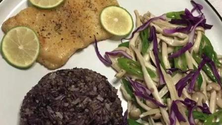 健康午餐。杂粮米饭, 煎龙利鱼, 蘑菇炒辣椒
