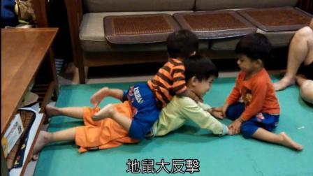 熊孩子们整天在家闹翻天, 一会儿哥哥打弟弟, 一会儿弟弟们大反击!
