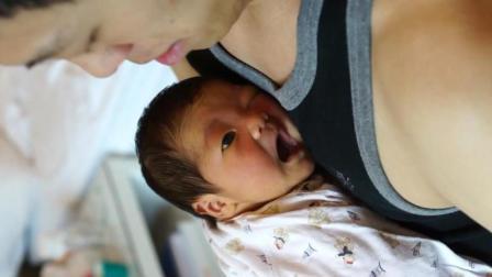 黄疸未退的新生儿宝宝在爸爸怀里又打嗝又打哈欠, 真是太可爱了!
