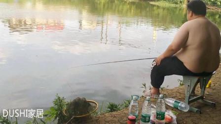 夏天那样的钓友最难受, 看看下面这位钓友钓鱼的场景就明白了