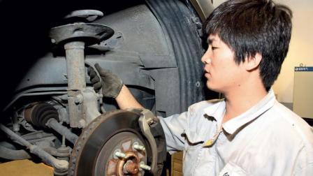 为什么4S店和汽修厂都不愿意换刹车油? 原来里面有猫腻, 太吓人