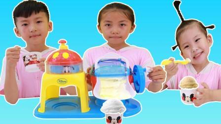 苏菲娅和艾米儿用迪士尼冰淇淋机DIY美味冰淇淋的过家家游戏