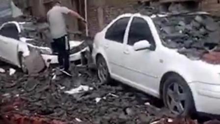 汽修厂旁围墙倒塌 多辆小车被砸