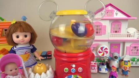 小琪带妹妹去抓奇趣蛋 小熊维尼 彩球 小米奇 猫咪儿童玩具