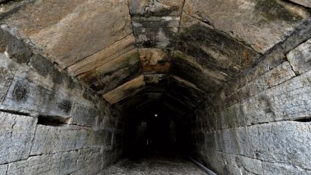 专家发现池塘下巨型古墓, 出土一件文物, 令在场专家感到害羞