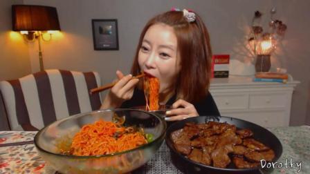 韩国萌妹子吃货, 吃一碗拌面, 配上一盘烤肉, 吃得太过瘾了