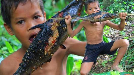农村熊孩子饿了, 在荒野搞到一条大鱼, 生火烤熟了吃, 真香