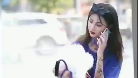 街拍: 美女紫T恤紫色长靴搭豹纹裙, 网友: 用电话和比熊沟通吗