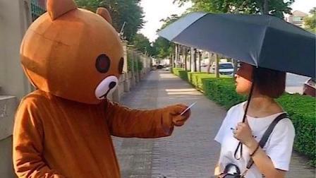布朗熊给路人发传单不接, 跑去夺对方的西瓜, 小姐姐的反应却亮了