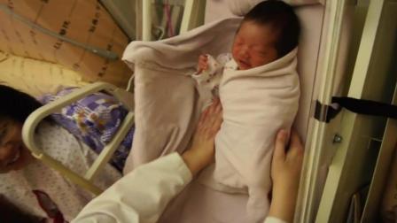 护士给新生儿包襁褓手法超熟练, 感觉她的搞笑能力比包包巾还厉害!