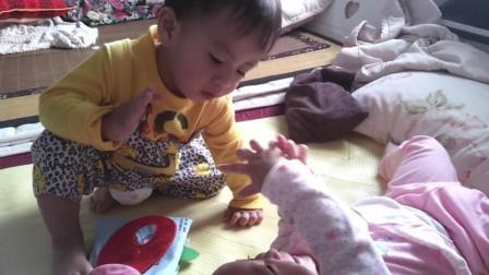 刚刚和妹妹玩的很好的小哥哥作势就要打妹妹, 宝宝心思真的猜不透!