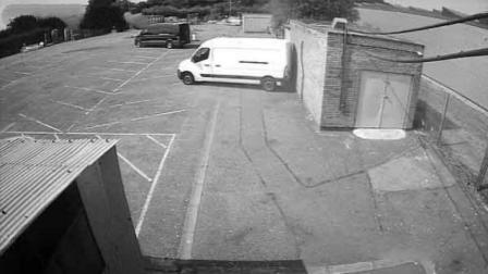 嗅君葩闻 英国小型龙卷风吹跑停车场面包车 致撞墙尾灯碎裂