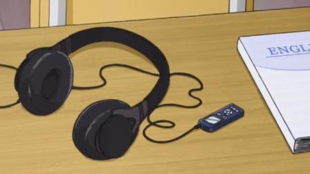 女子未经允许就翻男子的书包,这是不对的吧,还拿出耳机带耳朵上