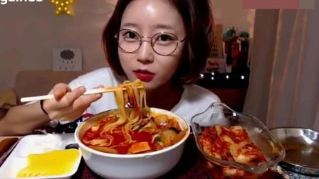 韩国大胃王阿姨吃螺蛳粉, 菠萝干还有泡菜, 看她吃什么都是香的