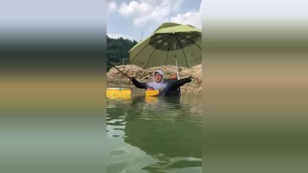 """原来钓鱼还有这种操作, 在水里""""安营扎寨""""!"""