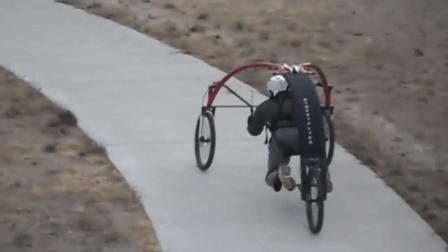 双脚悬空的自行车, 趴在上面骑, 不怕栽跟头吗?