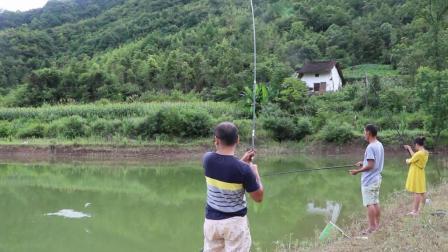 暴雨过后水库钓鱼, 一人一根杆, 15秒就上鱼, 全是大板鲫