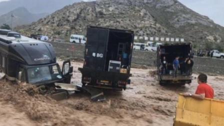 成龙剧组车队遇突发山洪深陷泥石流 好在最终化险为夷