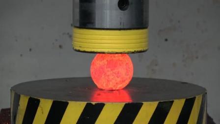 用液压机压烧成1000度的铁球, 铁球会被压成什么样? 一起见识下!