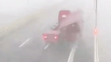 """台风""""云雀""""侵袭跨海大桥 卡车集装箱像""""火柴盒""""一样被吹翻"""