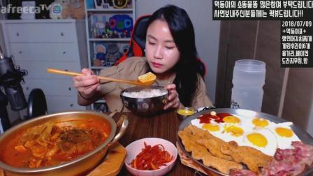 吃货大胃王: 美女吃一锅三文鱼泡菜汤和6个煎鸡蛋+培根+炸肉, 就米饭大口塞