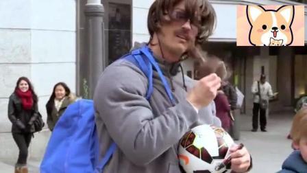 C罗假扮流浪汉街头大秀球技没人理会 卸妆那一刻路人都疯狂了