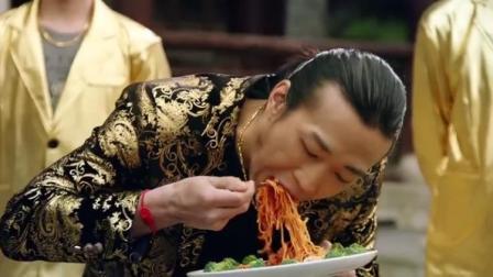 中西合璧的火锅芝士意大利面,男子吃个不停,结果出事了