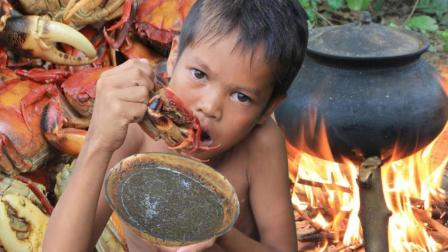 农村男孩野外煮一锅大螃蟹, 肉甜味美, 一个人能吃完一整锅