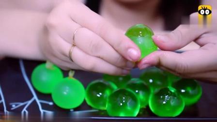 国外女吃货, 这吃的是什么? 一个个挤出来, 翠绿的颜色, 太馋人了