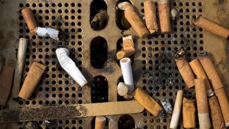 抽完的烟头有什么用? 外国人收集起来铺路造纸, 变废为宝!