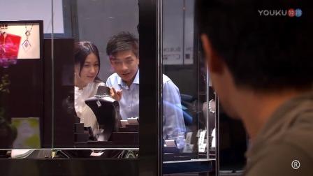 小伙看见心爱的女孩和别人在一起,尴尬的打完招呼,匆匆离去!