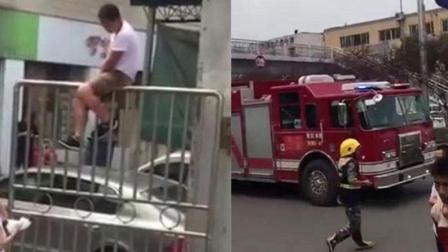 """重庆男子坐铁门上欲""""跳门""""连消防车都备齐了"""