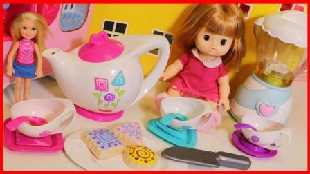 洋娃娃的下午茶玩具和水果榨汁机厨房玩具
