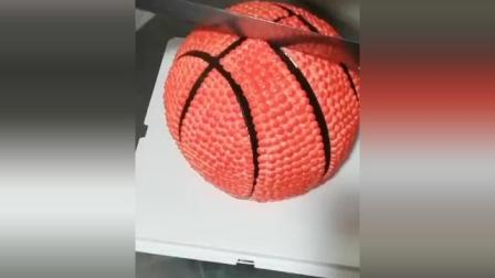 """原以为是""""篮球""""蛋糕, 没想到一刀下去, 摄影师都看愣了!"""