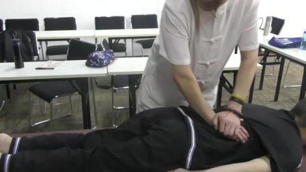 贾宝田中医正骨整脊课堂上指导学员操作