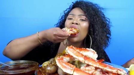 非洲大姐吃帝王蟹腿和龙虾, 大口的吃肉, 那吃法太过瘾了